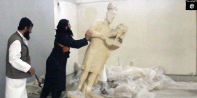 Militantes del grupo yihadista Estado Islámico destruyen piezas de un useo en Irak, algunas de las cuales tenían más de tres mil años de antigüedad Foto:AFP