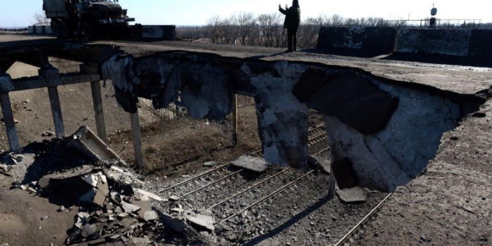 Un camión de propiedad de los prorrusos cruzó por un puente destruido en Ucrania el pasado 22 de febrero Foto:AFP