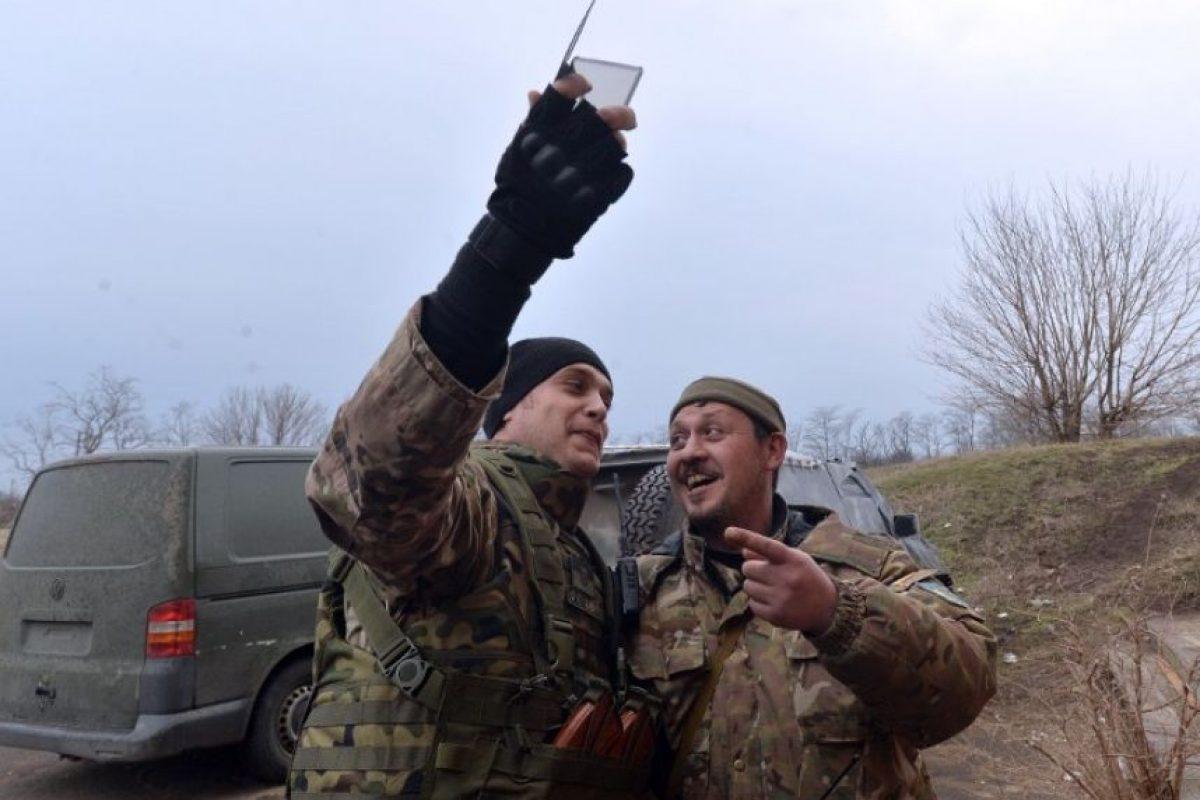 Militares de Ucrania se toman un selfie en la región de Donetsk, una de las zonas en pelea con los prorrusos en el conflicto que vive el país Foto:AFP