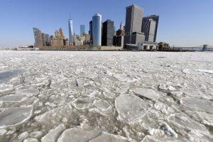 Una vista de la isla de Manhattan, Nueva York, después de las tormentas de nueve que azotaron la zona. Foto:AFP