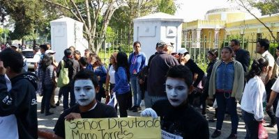 Mimos protestan frente al Ministerio de Educación