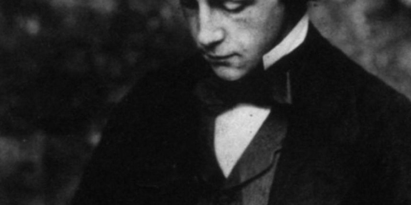 """Lewis Carroll: El creador de """"'Alicia en el País de las maravillas"""" era tímido y nunca se casó. Su musa fue la pequeña Alice Liddell y a un montón de niñas amigas suyas, a las que fotografió en poses que para los estándares de hoy serían bastante impropias para su edad. También se rumorea que tuvo en propiedad fotos de niñas desnudas. Por esto lo catalogaron de pedófilo. Foto:Getty Images"""