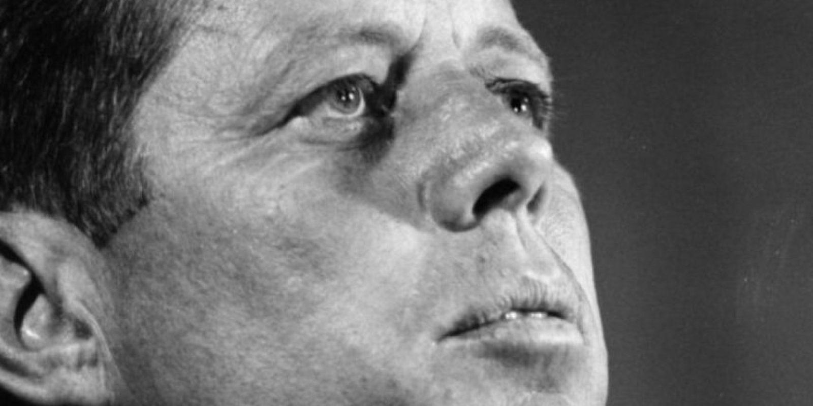 """John F. Kennedy: la historia moderna tumbó el mito de """"Camelot"""". El expresidente fue un mujeriego compulsivo y decían que tenía una completa adicción al sexo. Mimi Gelford, becaria en ese entonces de la Casa Blanca, relató en un libro cómo fue que el presidente tomó su virginidad en su cama matrimonial. Foto:Getty Images"""