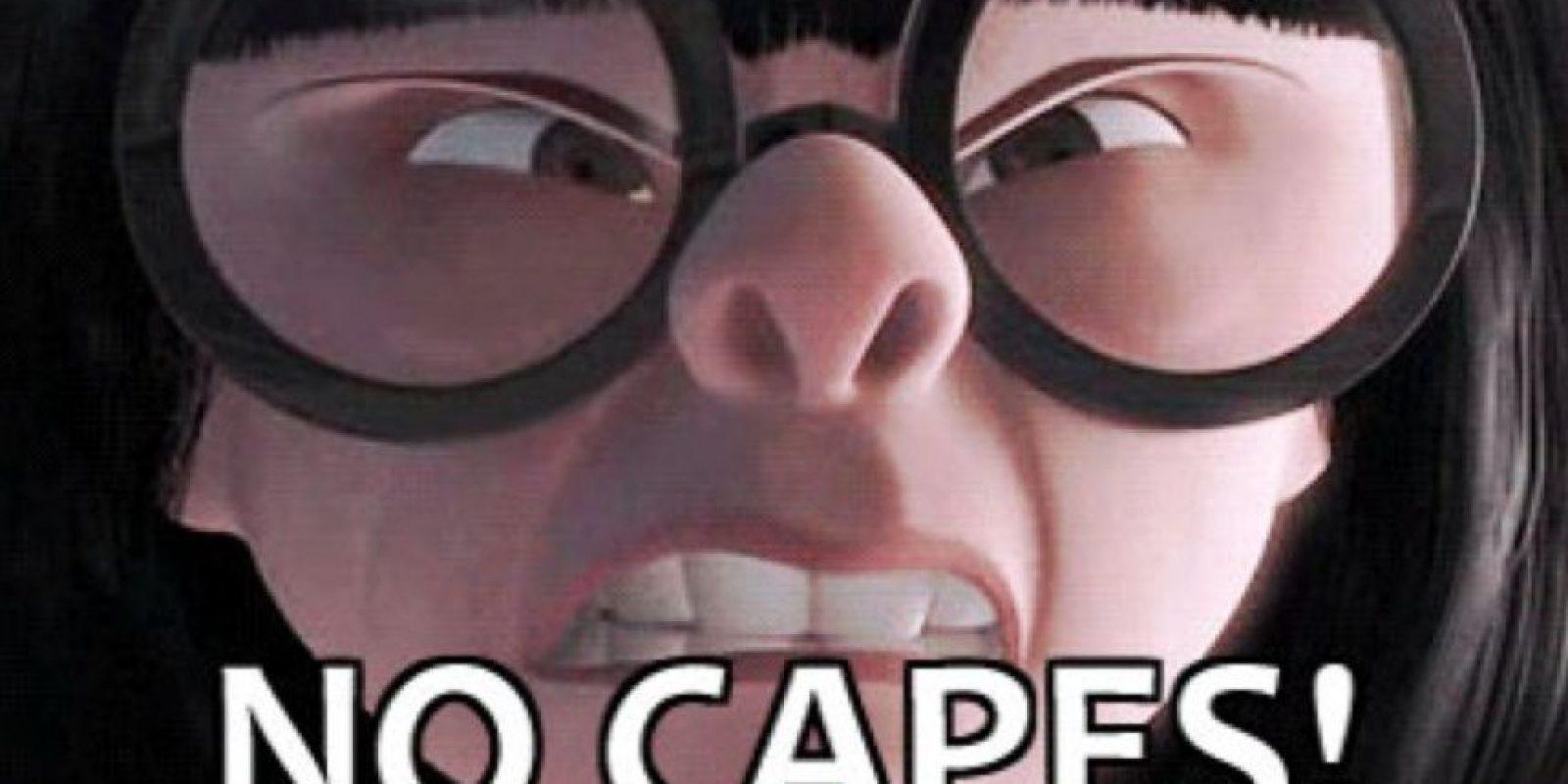"""En 2004 se lanzó la película de superhéroes """"Los Increíbles"""", donde EdnaModa, la fuerte diseñadora de la película, advertía al protagonista el riesgo de usar capas. De ahí surgieron bastantes memes en Internet Foto:Quickmeme"""