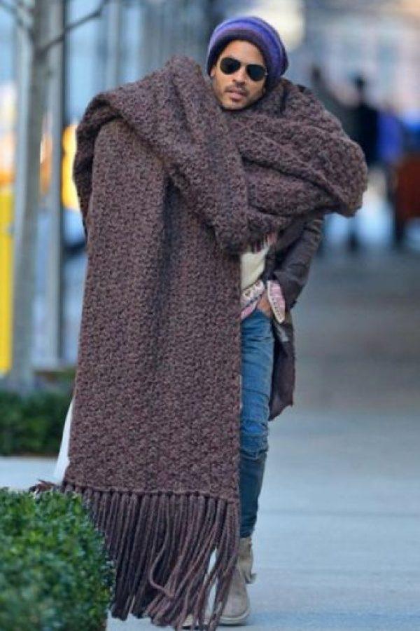 Lenny Kravitz impactó con esta bufanda. Se hicieron vestidos de esta luego en las semanas de la moda. Foto:Twitter