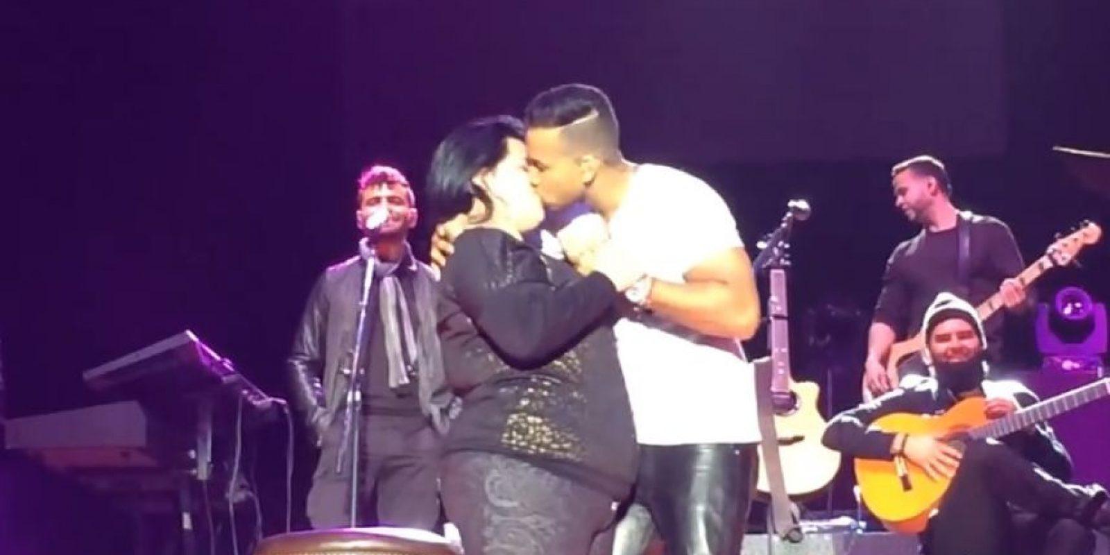 También las besa y llega a compartir momentos especiales con ellas. Foto:Youtube
