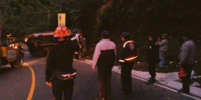 FOTOS. Veinte pasajeros heridos tras volcar bus extraurbano