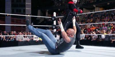 El Icono apareció en la WWE para asustar a Triple H Foto:WWE