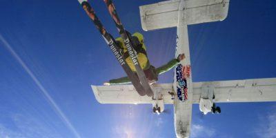 La posición vertical aumenta la velocidad de la caída libre. Foto:Getty Images