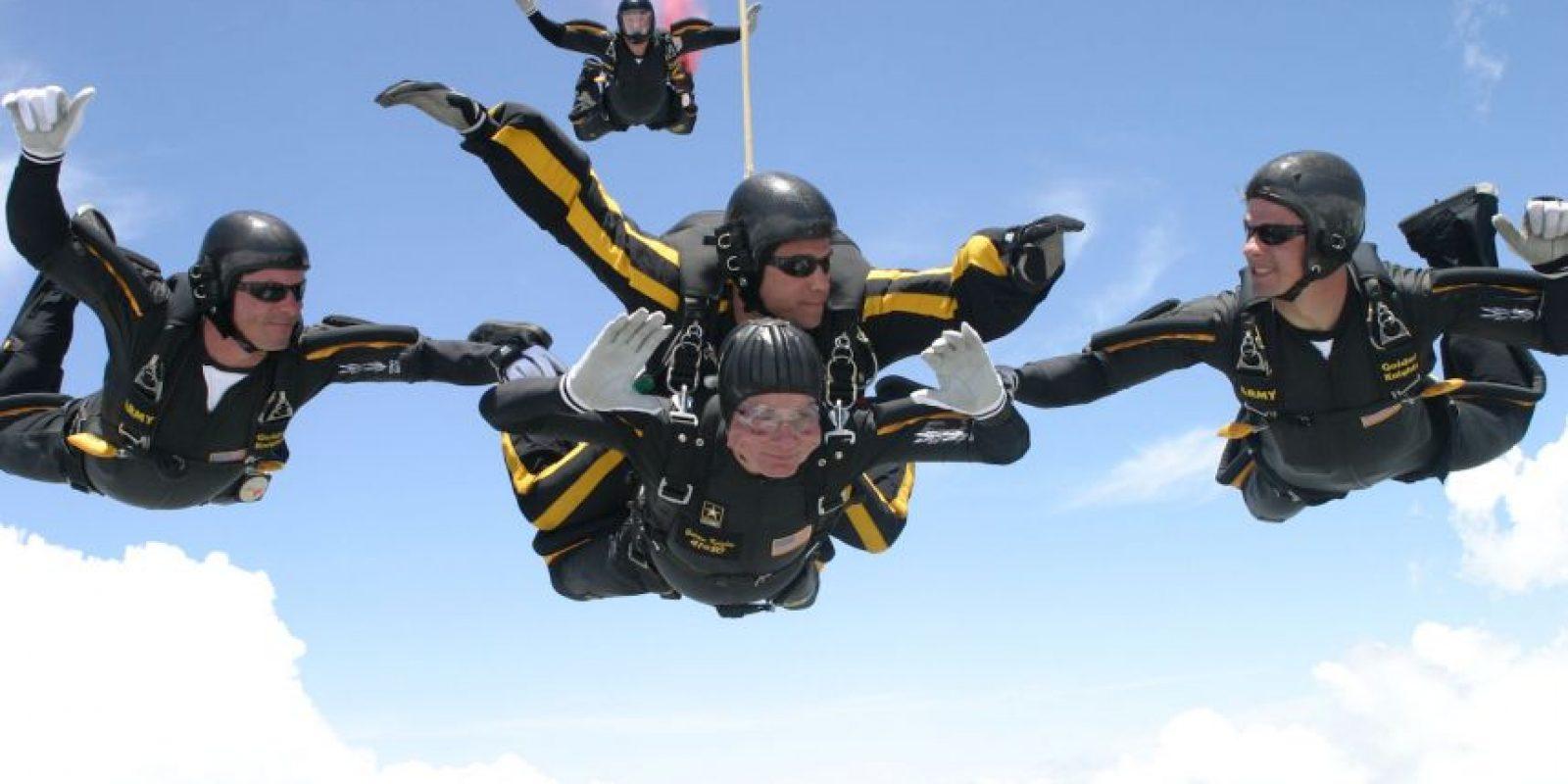 Para saltar en paracaídas, por su seguridad, debe pesar menos de 100 kilogramos y tener al menos 18 años de edad. Foto:Getty Images