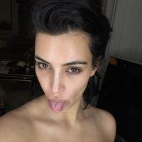 Kardashian con la cara deslavada y sacando la lengua Foto:instagram.com/kimkardashian/
