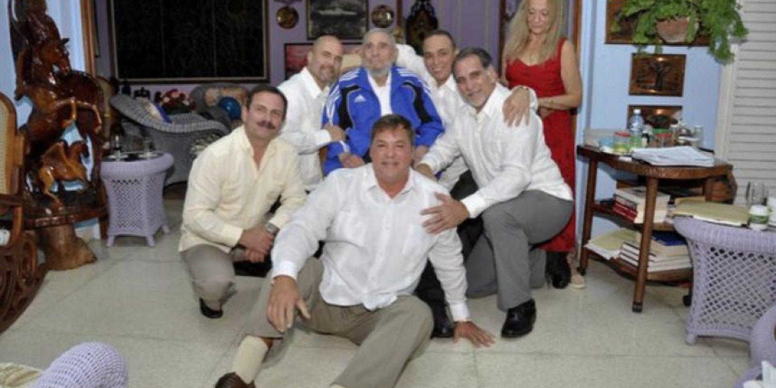 Fidel Castro con los agentes. Foto:granma.cu / Estudio Revolución
