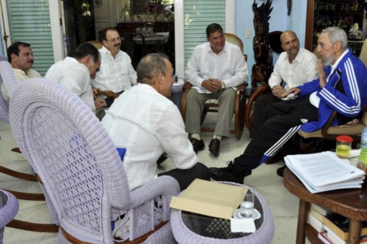Los cinco invitados siempre se mostraron sonrientes y conversando con Castro. Foto:granma.cu / Estudio Revolución