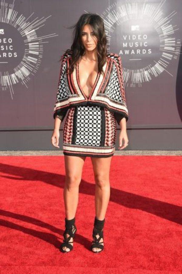 """""""Kim no quería ser conocida solo por su trasero por lo que se está centrando en lucir estilismos que llamen la atención de sus pechos también. Kanye la apoya en esto. Piensa que Kim tiene un cuerpo fenomenal y que cada parte de él debería ser celebrada"""" explicó una fuente cercana al periódico """"The Sun"""". Foto:Getty Images"""