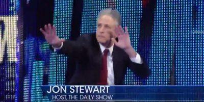 El presentador apareció y decidió entrar al ring Foto:WWE