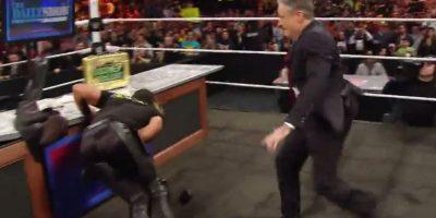 La distracción fue aprovechadas por Jon Stewart para patear a Rollins Foto:WWE