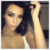 """Según la revista """"OK!"""", la socialité paga hasta 100 mil dólares para que un grupo de especialistas, perfeccionen los selfies que comparte en redes sociales. Foto:Instagram/kimkardashian"""