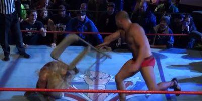 Le dio un golpe en la cabeza con una silla Foto:Youtube: Beyond Wrestling