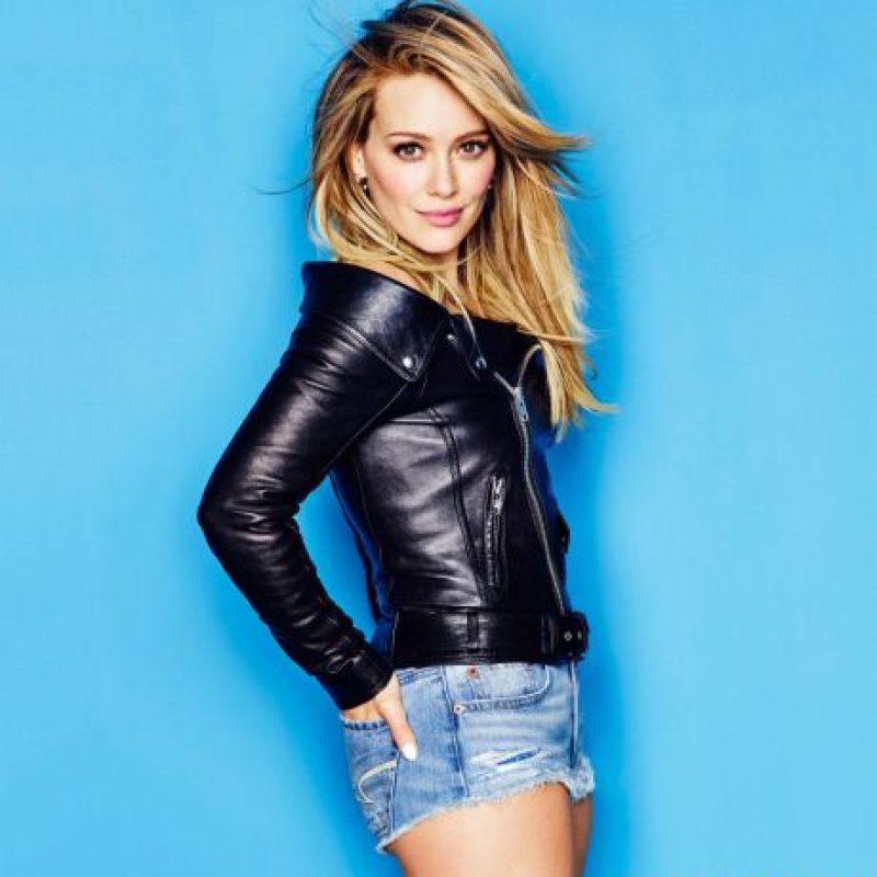 """Hilary Duff lució una chamarra de cuero negra con un short de mezclilla para la revista """"Cosmopolitan"""" Foto:Instagram/hilaryduff"""