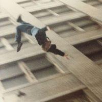 Gary Hoy apostó con sus amigos, en 1993, que un vidrio blindado no se rompería si se estrellaba con su cuerpo. Pero él cayó al vacío. Foto:Wikipedia