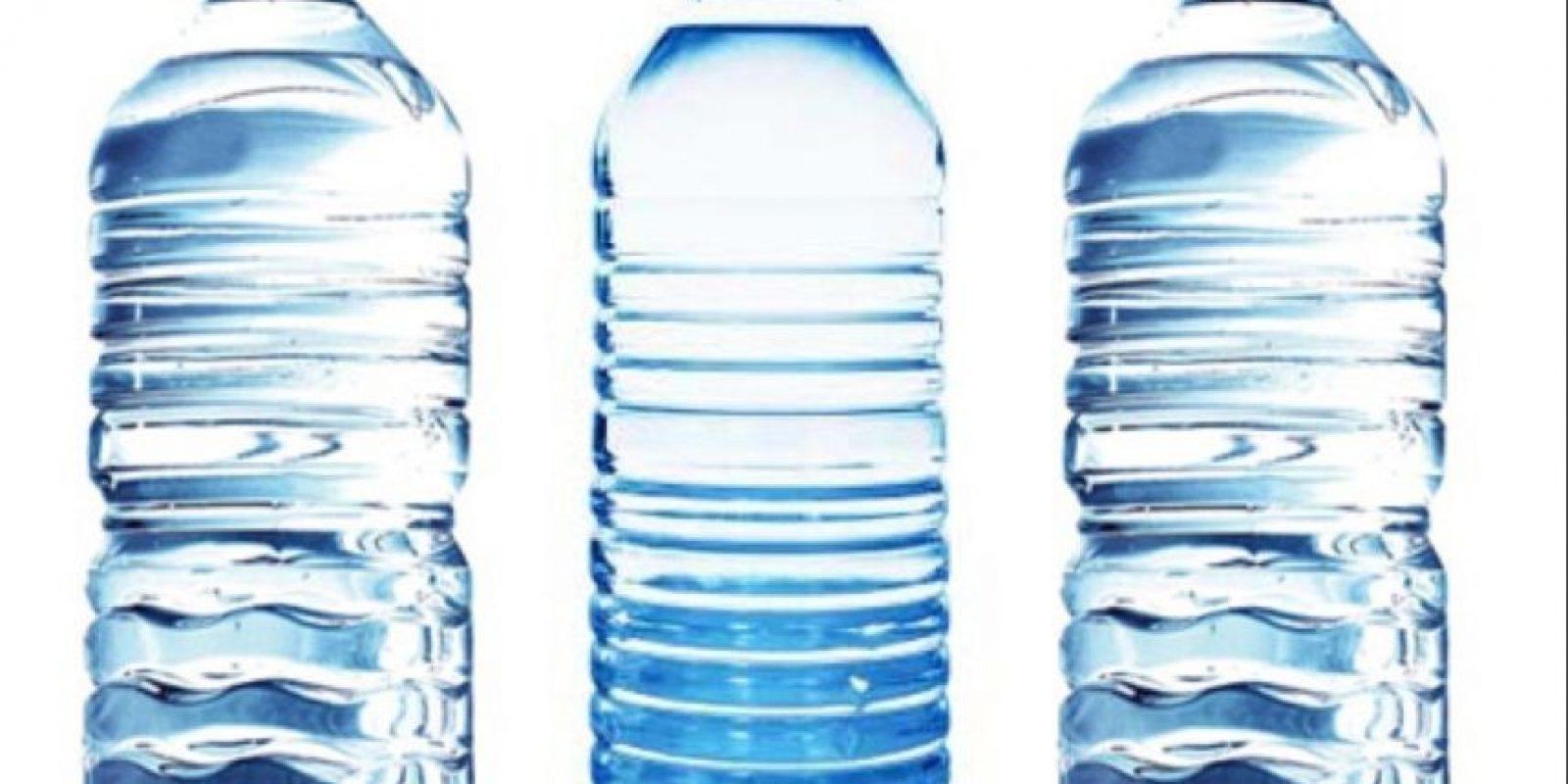 11. Una botella de agua de 600ml mide 20 cms (7 pulgadas). Foto:Wikimedia