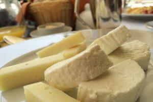 La recomendación para ellos es elegir los alimentos ricos en potasio, verduras de hoja verde, pescado y yogur. Foto:Wikimedia