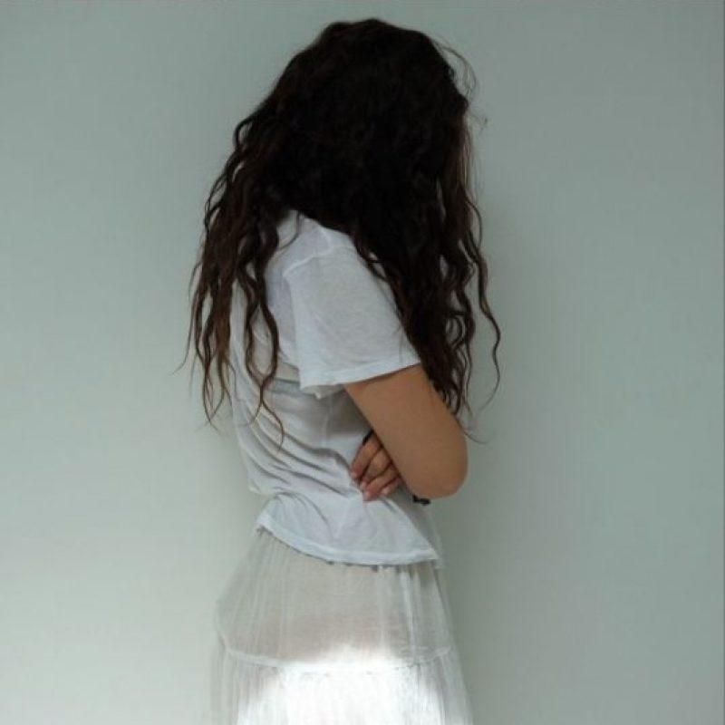 """""""Mi cabello es natural y lo que hago para mantenerlo es: no lavarlo con frecuencia. Una vez cada dos semanas es una buena forma"""", explicó al sitio MTV News Foto:Instagram/lorde"""