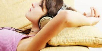 7. Aunque es importante mantener el volumen bajo, la limitación del uso de aparatos de audio personales a menos de una hora al día contribuirá enormemente a reducir la exposición al sonido. Foto:Tumblr.com/Tagged-audífonos-música