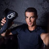 Gusta mostrar sus zapatos personalizados Foto:Instagram: @cristiano