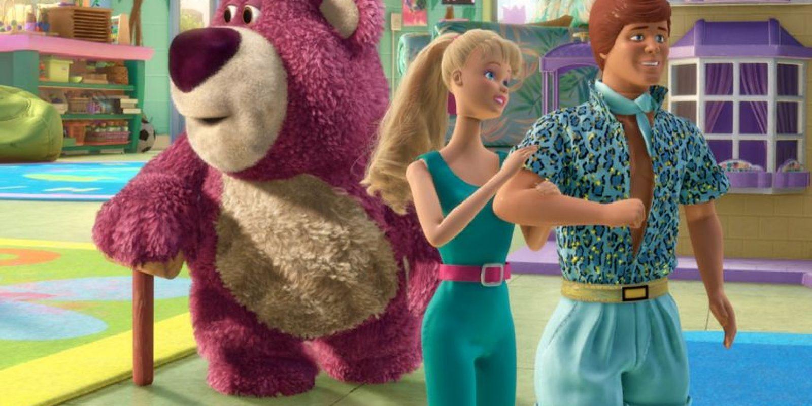 Mattel originalmente no quería a Barbie en la película porque pensaban que la ésta iba a ser un fracaso. Tampoco querían que Barbie tuviera una personalidad definida, prefiriendo dejar que los niños imaginaran los rasgos de la muñeca por su cuenta. Cuando la película fue un éxito enorme, Mattel dejó que ella aparezca en Toy Story 2 Foto:Disney