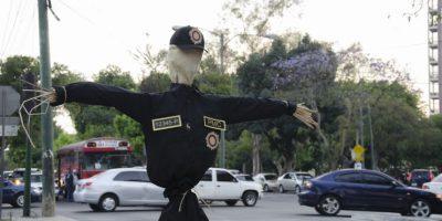 Los maniquíes vestidos con uniformes de la PNC regresan a las calles ubicados en los puntos donde se han detectado mayores índices de violencia Foto:Luis Carlos Nájera