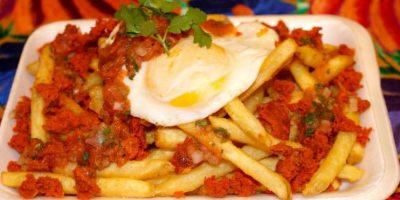Papas fritas con huevo. Foto:Facebook
