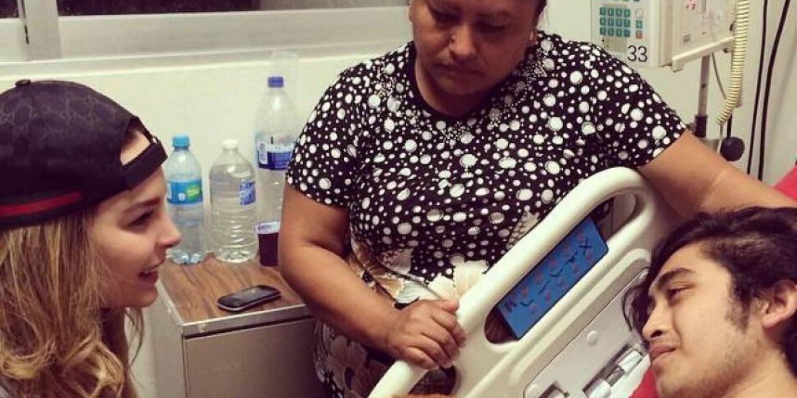 En esta imagen, la cantante visita a otro seguidor, a quien apoyo con los gastos médicos Foto:Facebook/Belinda