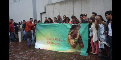 Oswaldo y un grupo de fans de Belinda Foto:Twitter