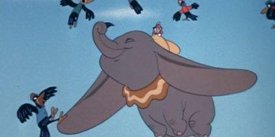 """Es la historia de un elefante antropomórfico que es cruelmente apodado """"Dumbo"""" (en inglés significa """"tonto"""") y que es ridiculizado por sus grandísimas orejas, aunque descubre que puede volar usándolas como alas. Foto:Vía Facebook/DisneyDumbo"""