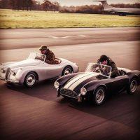 """Luciendo un Jaguar personalizado, que incluía un inodoro en el asiento trasero, Clarkson dijo: """"Esto es perfecto para India, porque a todos los que vienen les da diarrea"""". Foto:Instagram Top Gear"""