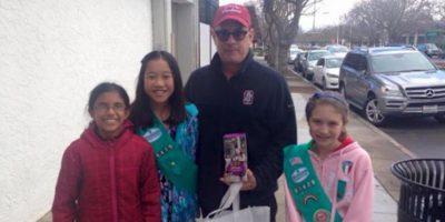 ¿Nuevo empleo? Tom Hanks se pone a vender galletas