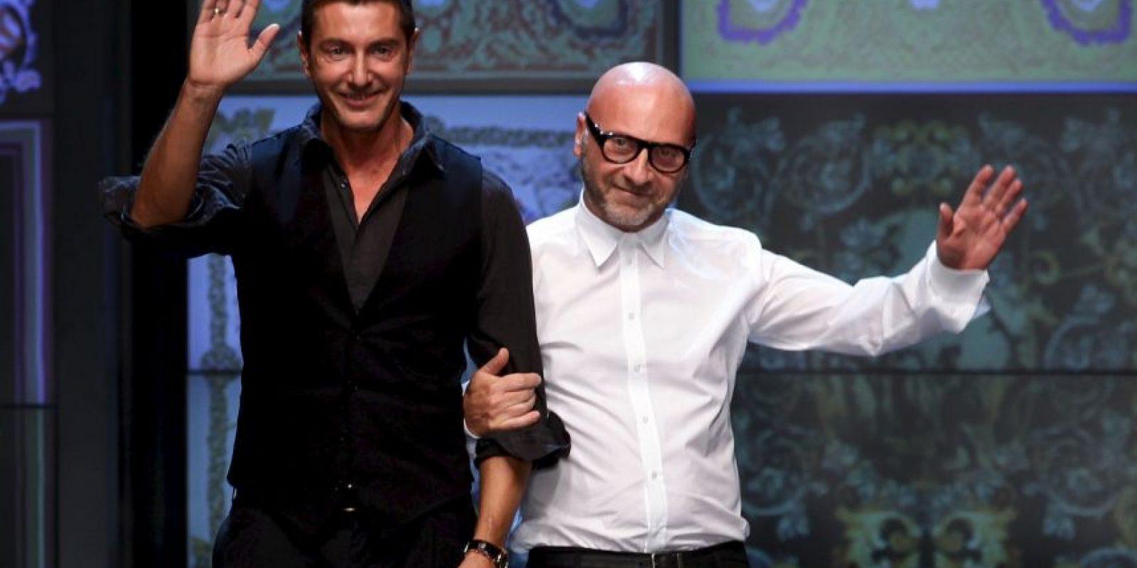 Los diseñadores Dolce y Gabbana concedieron una entrevista a la revista italiana Panorama en la que hablaron de la familia y del modelo tradicional de esta, según señalaron, la formada por un padre, una madre y los hijos. Foto:Getty Images