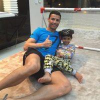 """El hijo de Ronaldo es de una """"madre rentada"""" o """"pagada"""". Al parecer el futbolista tuvo a su retoño con una estudiante británica, a la que le pagó 11 millones de euros para que se desligara del bebé. Foto:Instagram @cristiano"""