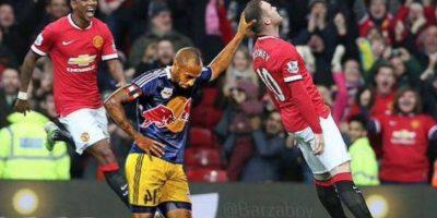 Thierry Henry deteniendo a Rooney. Foto:Twitter
