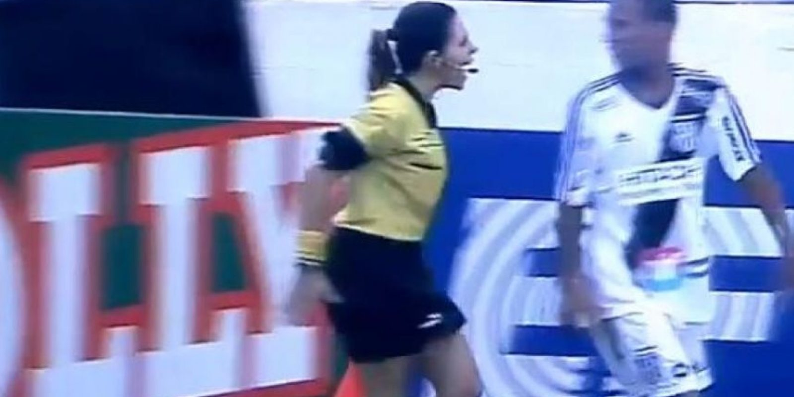 Tatiane Sacilotti no se inmutó ante el futbolista contrario. Foto:Twitter