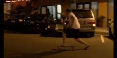 VIDEO: Ebrio sale de bar e intenta regresar a casa en patineta