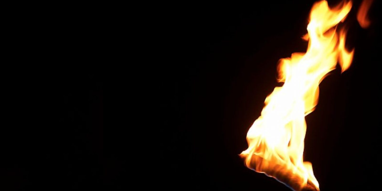 Posteriormente el joven permitió que le incendiaran incluso sus genitales y vello púbico. Foto:Pinterest