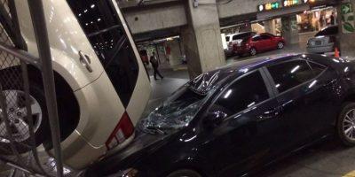 Vehículo rompe baranda y cae en parqueo de centro comercial en zona 10