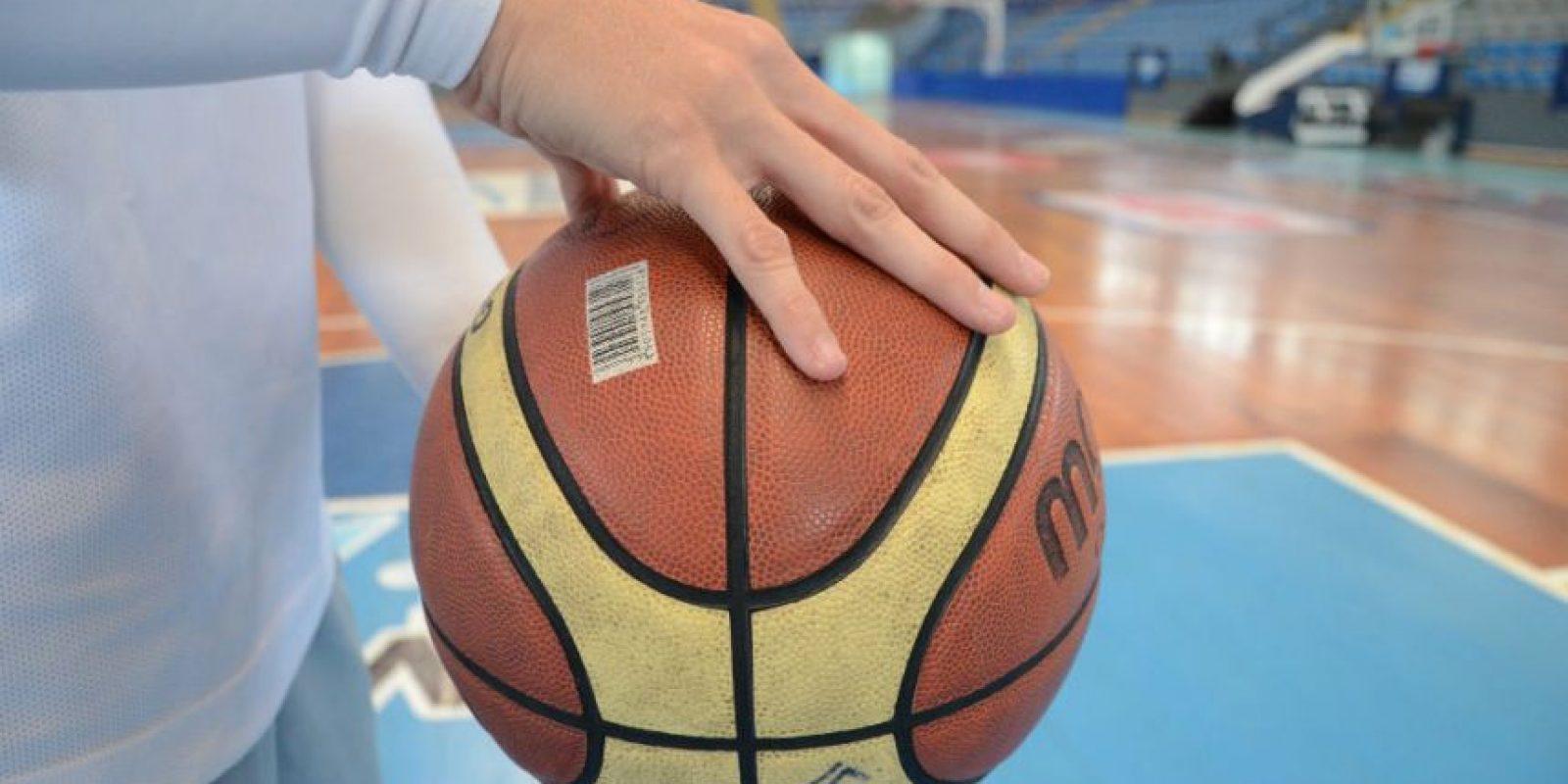Si quieres mantenerte bien jugando baloncesto, una de las técnicas que te pueden ayudar a mejorar es hacer el rebote adecuado. Tienes que hacerlo con la yema de los dedos, no con la palma de la mano, y al empujar el balón debes flexionar tu muñeca y presionar hacia abajo. Foto:Luis Carlos Nájera