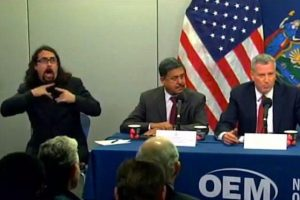 El intérprete de señas de Bill de Blasio, alcalde de Nueva York. Foto:Twitter