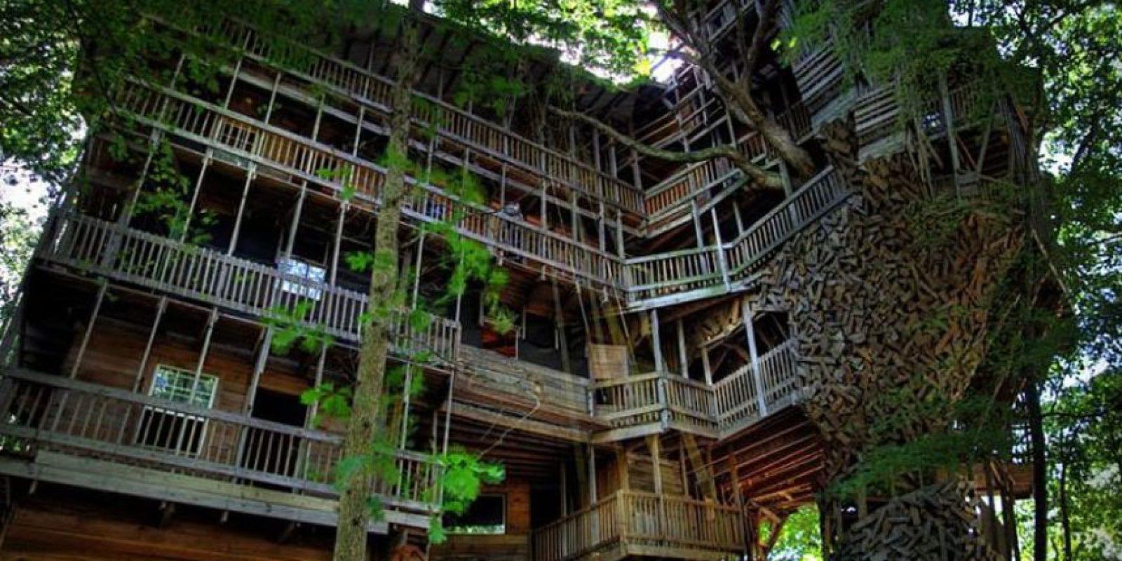 Esta grandiosa estructura de 100 metros de altura, se dice que es la casa del árbol más alta del mundo, y fue construido enteramente de madera recuperada por Horace Burgess en Crossville, Tennessee. Foto:architecturendesign.net