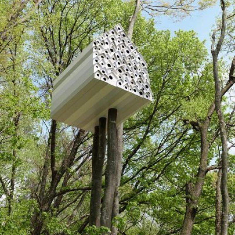 Un moderno concepto de la casa del árbol por Nendo le ofrece la posibilidad de darle un vistazo a la vida privada de las aves. Dividido en dos partes por una pared con pequeños agujeros que representan los picotazos de un pájaro carpintero, permite que la gente vea lo que los pájaros están haciendo en el otro lado de su pared. Foto:architecturendesign.net