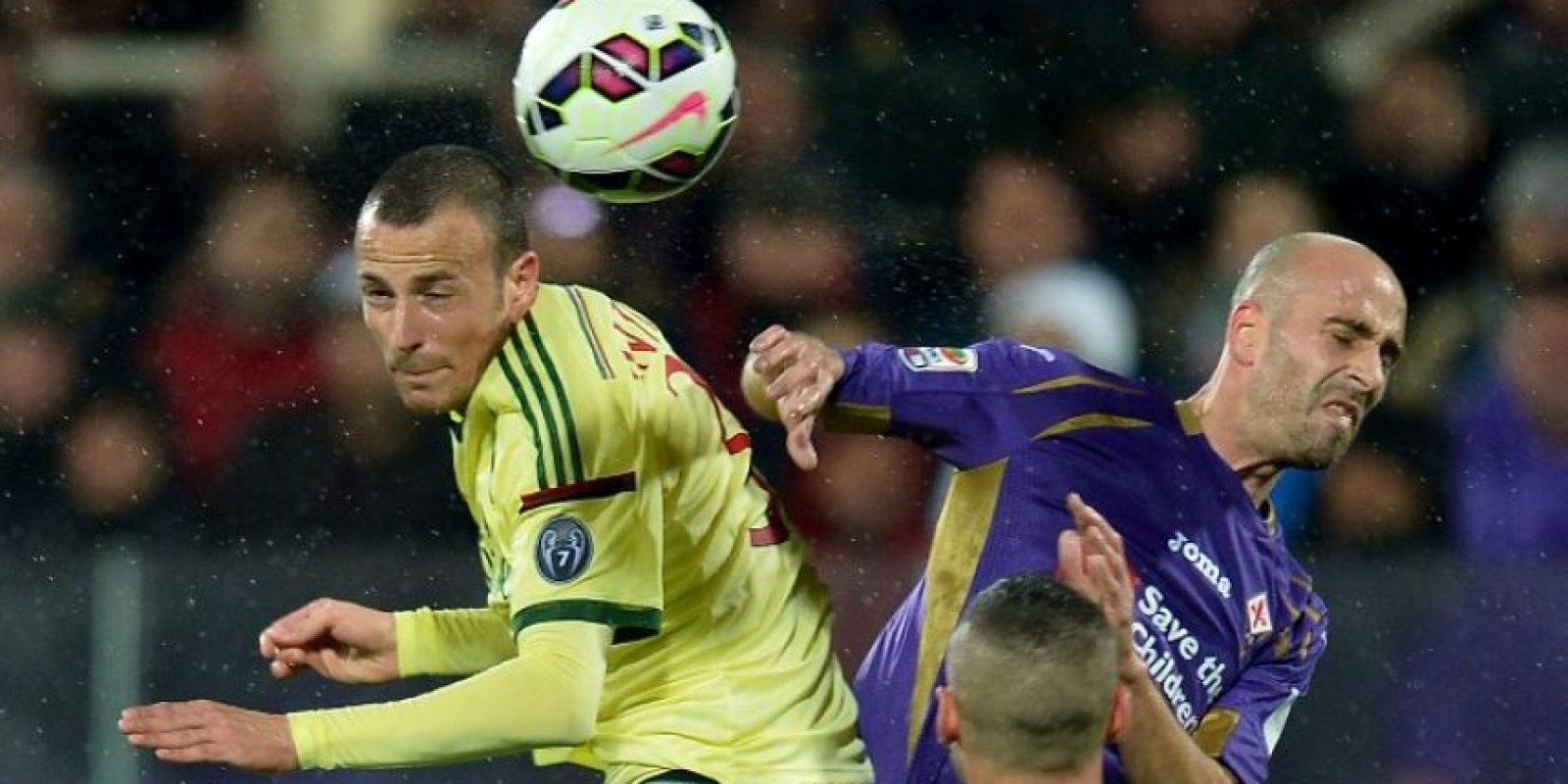 Los jugadores de ambos equipos no se percataron de que el juez salió y tuvo que ser sustituido. Foto:AFP