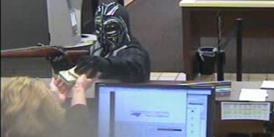 FOTOS: Hombre roba banco vestido como